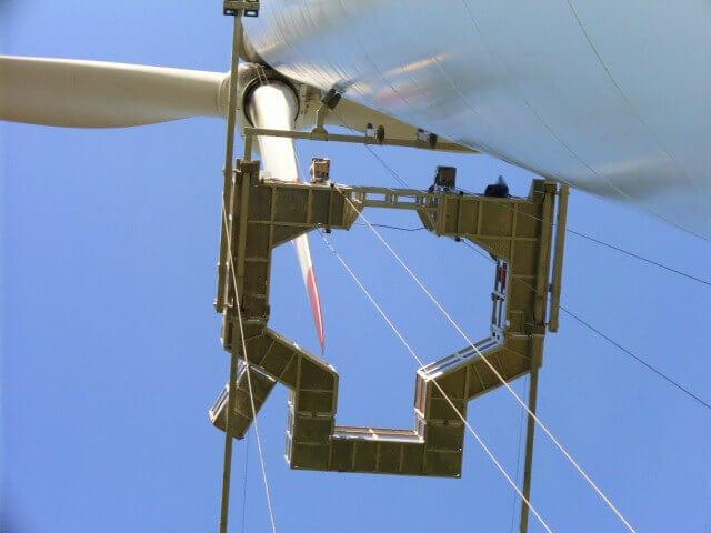 HADIKO WIND Rotorblattservice Windernergieanlagen Windkraft Service Servicetechniker Windkraftanlagen Windenergie Servicefirmen Servicefirma Wartung Arbeitsbühne von unten